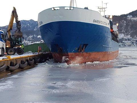 Barents Ocean måtte ha hjelp av en gravemaskin som hugde en råke i isen, nok til at båten til slutt kunne legge til kai.
