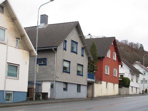 """""""Som en gruppe av nabohusene ligger det orientert med gavlen mot Skippergata, og er bygd over lesten til «Sandneskassa»."""""""