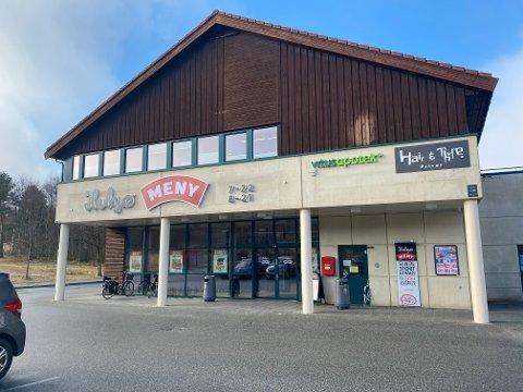 En kunde som handlet på Helgø Meny Sandved har testet positivt på covid-19.