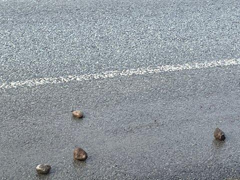 Små og store steiner ligger langs veibanen i Oalsgata.