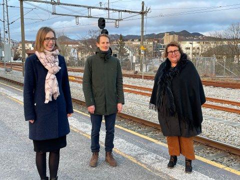 SER TIL SANDNES: Iselin Nybø (V), Aleksander Stokkebø (H) og Olaug V. Bollestad.