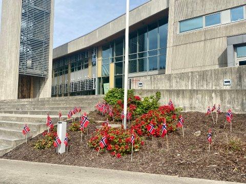 FLAGG: Bogafjell kirke har invitert alle i bydelen til å plante flagg