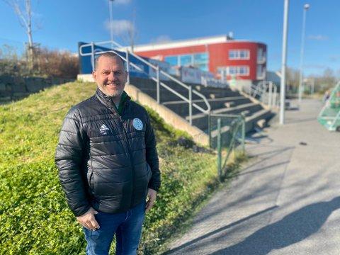Jone Vegard Thorsen, daglig leder i Sandved IL, gleder seg veldig til det nye servicebygget kommer på plass. Det skal bygges i forlengelsen av tribunene du ser på bildet.