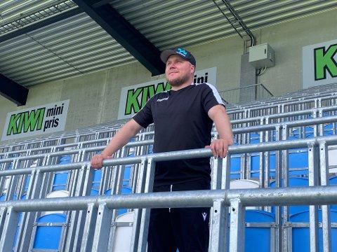 Steffen Landro gleder seg som en unge til å ønske folk velkommen tilbake til Øster Hus Arena. Han omtaler stemningen som har vært på stadion så langt i år som «outstanding».
