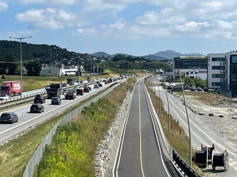Motorveien bugner over av trafikk, mens sykkelstamveien får stå helt i fred.