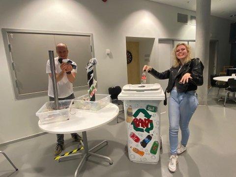Eivind Kråvik til venstre sammen med Emma Andersson fra ungdomsklubben finner kreative måter å resirkulere på.