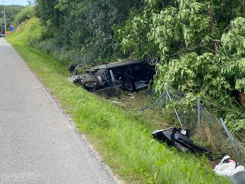 Føreren satt fastklemt og deler av motorveien ble stengt.