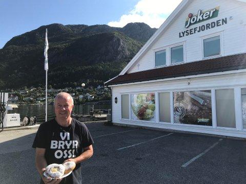 SERVERER FESTBOLLER– Vi ser alltid fram til Blinken, for da kommer så mange blide fjes innom, sier Rune Stangeland, som er butikksjef for Joker Lysefjorden.
