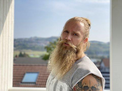 Thor Rosland (40) opplever at folk sender bilder av at de har ham tatovert på armen.