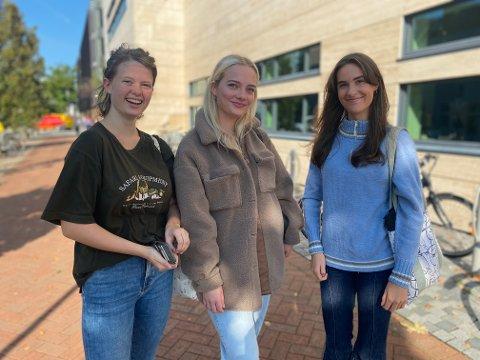 Pernille Jensen, Camilla Hegre og Antonie Mæland er førstegangsvelgere og elever ved Vågen videregående skole.