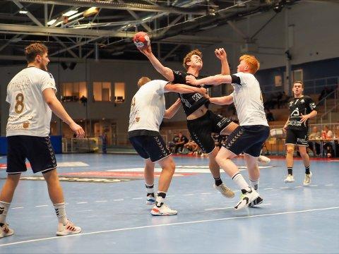 Tord Lea Knutsen og resten av laget er ute av cupen etter å ha tapt 30-23 mot elitelaget Bergen.