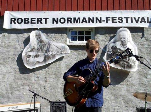 Vinner: 18 år gamle Eirik Øverby Vist vil satse på jazzgitaren. Det fikk han belønning for i form av 20.000 stipendkroner.