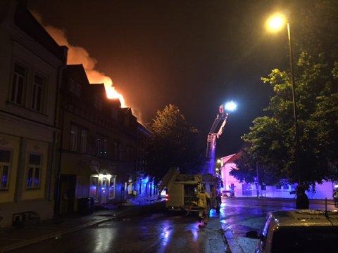 STENGES: Kjørefeltet ut av St. Marie gate stenges mens det jobbes med å slukke brannen. Foto: Vetle Halvorsen