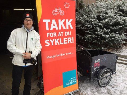STARTHJELP: Jørgen Amos Ruud fra Bypakke Nedre Glomma var med og ga starthjelp til dem som ønsker å komme i gang med vintersykling.
