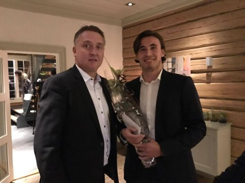 Årets spiller i Sarpsborg 08, Anders Trondsen med premieutdeler Petter Kalnes.