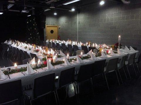 Frivillige hadde pyntet flotte langbord til de rundt 120 personene som feiret julaften på EPA.