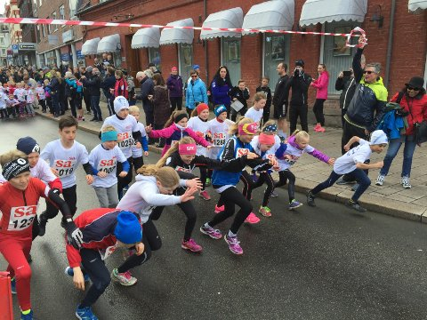 STARTEN GÅR: Ivrige barn setter fart ut fra start. Foto: Jarl M. Andersen