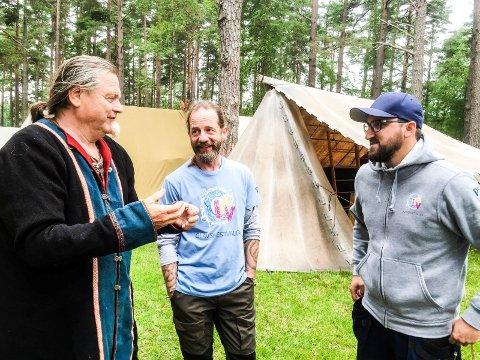 Thore Mørk og Hans Ivar Nordstrøm fra Svalthr Vikinglag og festivalsjef Lars Erik Antonsen er klare for storinnrykk i Landeparken.