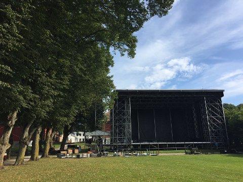 I løpet av helgen er den store scenen montert i Hafslundparken. Bare taket veier 10 tonn, opplyser arrangørene.