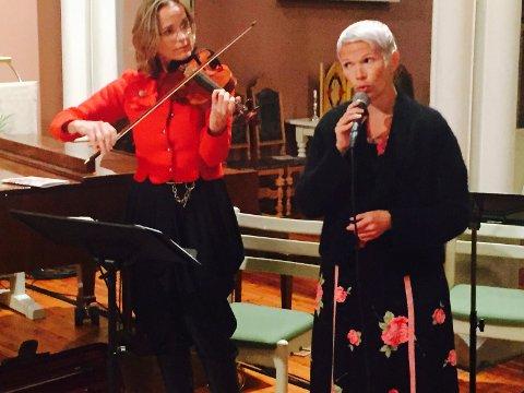 DYKTIGE: Marianne Tomasgard (fele) og sanger Liv Ulvik var med på gjøre konsertkvelden i kirken til en musikalsk opplevelse for tilhørerne.