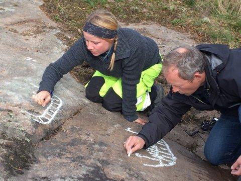 KRITTER OPP: Arkeolog Jone Kile-Vesik og landskapsarkitekt Lars Ole Klavestad fra Fylkeskonservatoren i Østfold fylkeskommune, kritter opp det nyoppdagete feltet på Skjebergsletta med mykt kritt. Dette skjer i forbindelse med faglig dokumentasjon.