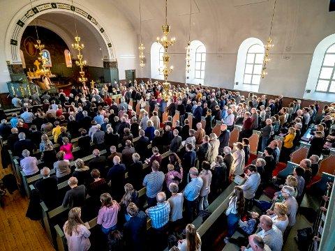 FULLSATT KIRKE: Reformasjonsgudstjenesten fylte Tune kirke til randen søndag formiddag.