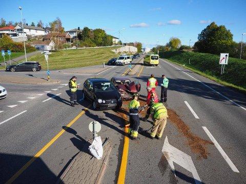 En mann i 80-årene ble sendt til sykehus etter en kollisjon mellom to biler i krysset fylkesvei 109/Ordfører Karlsens vei ved Copp Extra på Yven søndag ettermiddag.