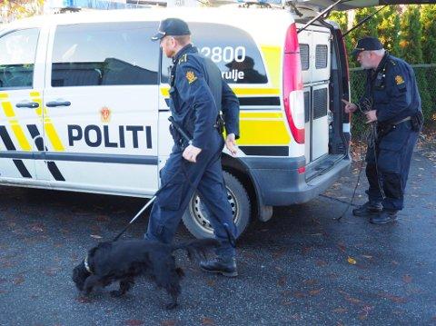 LØRDAG FORMIDDAG: Politiet har sperret av område på Klavestadahaugen.