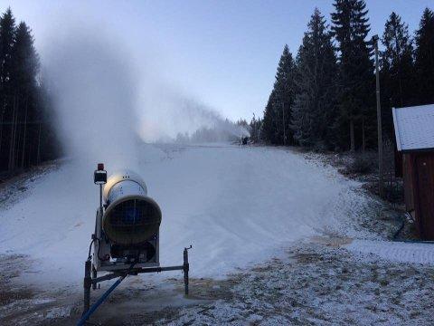 SNART SKIFØRE: Nå går snøkanonene i Kjerringåsen.