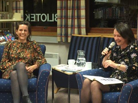 GOD TONE: Det ble til tider lystig da forfatter Monica Isakstuen og biblioteksjef Anette Kure samtalte om førstnevntes roman med det vanskelige temaet samlivsbrudd og barnefordeling.