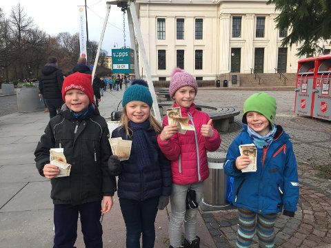 GA BORT PENGER: Trym Hoff (8), Maiken (7), Selma (8), og Ola (5) Petterson Øverby ga i helgen bort alle pengene som sarpingene og Supporterklubben Fossefallet hadde vippset etter at fem-seks 08-supportere – tok seks boller, men bare betalte for to utenfor Ullevaal under cupfinalen 3. desember. Julegryta til Frelsesarmeen i Oslo fikk dermed 7.000 kroner i gave fra de små bolleselgerne.