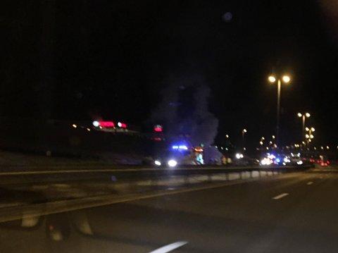 En bil tok fyr under kjøring på E6 ved Årum tirsdag ettermiddag.