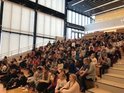 FOLKSOMT: Kulturtorget i Sandesundsveien barneskole var fylt opp med over 400 elever.