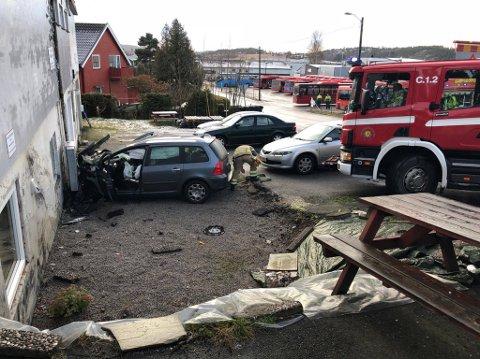 En bil har kollidert i en husvegg ved Nettbuss på Valaskjold tirsdag formiddag.