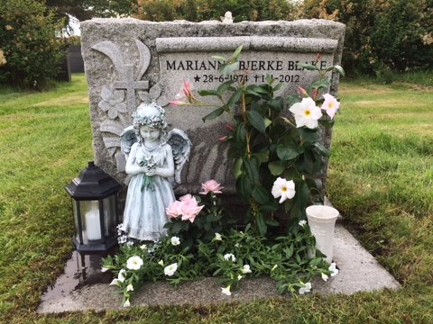 ENGELEN ER BORTE: Siden 2012 har denne engelen pyntet gravstedet til Marianne Bjerke Blake. I dag morges oppdaget moren at den er borte. – Vær så snill og sett den tilbake, ber moren Lisa Bjerke som, er fortvilet og opprørt over tyveriet.