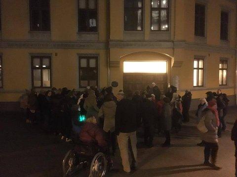 Opp mot 50 personer hadde møtt opp for å demonstrere utenfor møtelokalene onsdag kveld.