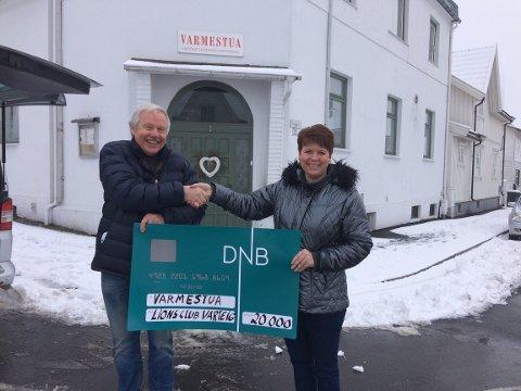 KOM MED PENGER: Egil Sulusnes, på vegne av Lions Club Varteig, delte ut 20.000 til Annika Filtvedt i Varmestua.