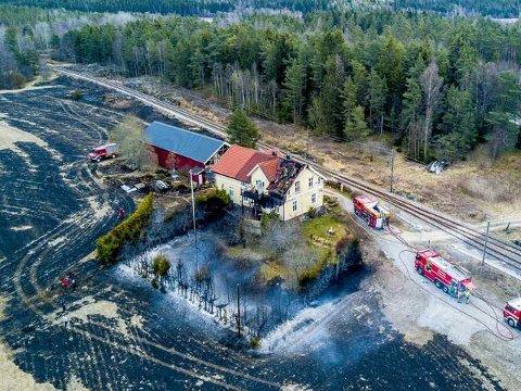 Politiet har slått fast at brannen på Ise lørdag formiddag startet som en gressbrann som spredte seg til en enebolig og et uthus. Nå ønsker politiet tips for å finne ut hva som forårsaket gressbrannen. Ingen personer ble skadet i brannen.