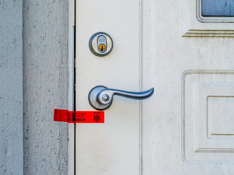 Politiet har plombert inngangsdøren på et bolighus på Lande etter knivstikkingen i natt.
