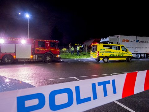 Det var en Sarpsborg-kvinne i slutten av 50-årene som omkom etter at hun ble påkjørt av et godstog ved gamle Sandesund stasjon sent onsdag kveld.