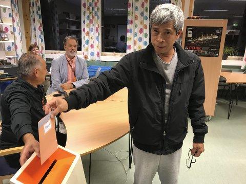 Stemte: Hoang Phan stemte ved Alvim valgkrets mandag kveld.foto: trine bakke Eidissen