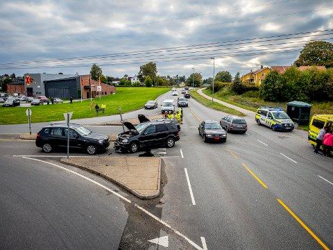 RUNDKJØRING: På riksvei 111 i krysset mellom Iseveien og Rådhusveien var tre biler innvolvert i en trafikkulykke mandag ettermiddag. Om få år vil en ny rundkjøring være på plass.