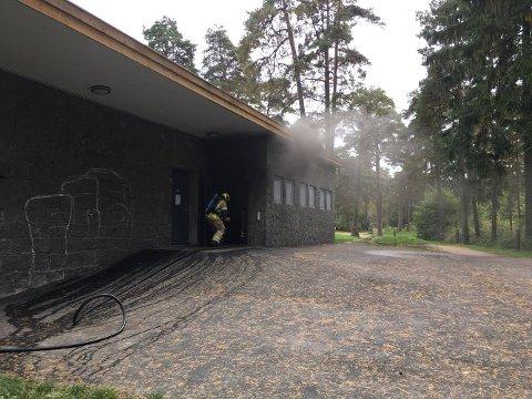 Brannvesenet jobber på stedet. (Alle bilder: Tobias Nordli)