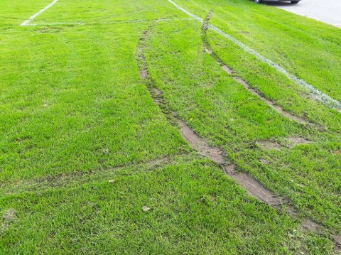ØDELA BANEN: Slik ser gressbanen til Navestad IF ut etter hærverket onsdag kveld. Et vitne fikk et godt signalement på den ene bilen som spolet rundt på banen.