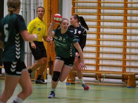 Pernille Normann Eriksen scoret tre av målene da SILs håndballdamer vant 33-20 borte mot Vikersund i 2. divisjon avdeling 1 søndag. Sarpingene er nummer to i serien, og neste helg venter bortekamp mot serieleder Flint Tønsberg. (Foto: Tobias Nordli)