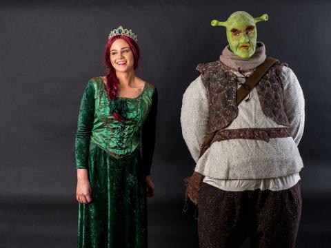 GRØNN MUSIKAL: Sara Gjestad (t.v.) som Fiona og Diorama-veteran Stian Ludvigsen (t.h.) som Shrek er klare når Diorama setter opp Shrek – The Musical på Sarpsborg scene i mars.