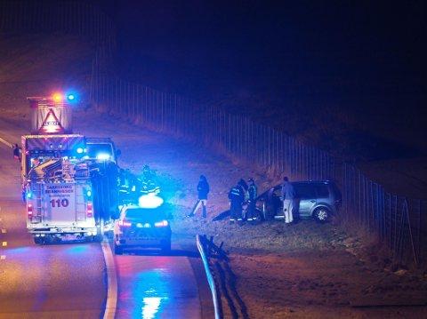 En personbil har kjørt av veien. (Foto: Tobias Nordli)
