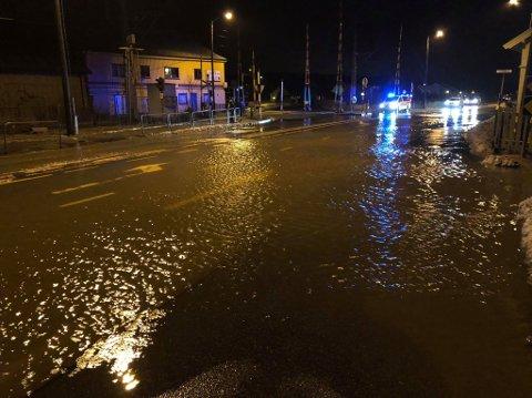 Veien gjennom Stasjonsbyen er stengt etter at store vannmengder har tatt overhånd. Det blir skiltet omkjøring via E6 til vannet har trukket seg tilbake.