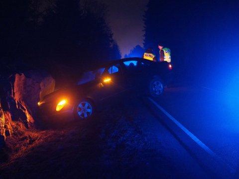 Én bil har kjørt av veien og inn i en fjellknatt på Vardeveien onsdag kveld.