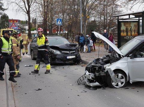 To biler har fått større materielle skader etter en kollisjon ved Borge barneskole torsdag ettermiddag.
